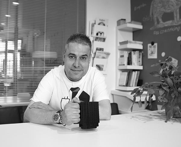 Ury Penas el CEO de Ultreia Projects con una taza en la mano.