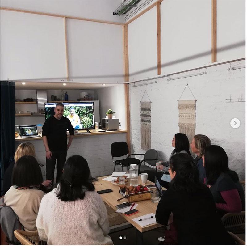 Ury Penas explicando a un grupo de usuarias como funciona su nueva web en WordPress